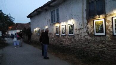 Photo of Izložba fotografija na fasadama starih kuća u selu Pakleštica